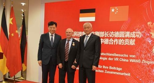 国际科技合作奖获得者哈弗教授(中)与吴恳大使(左)和王志刚部长(右)合影。驻德使馆科技处供图
