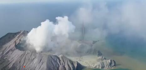 新西兰怀特岛火山喷发 两名中国公民烧伤较严重
