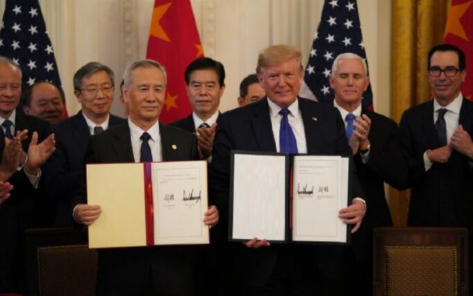 刘鹤与特朗普共同签署协议文本并致辞