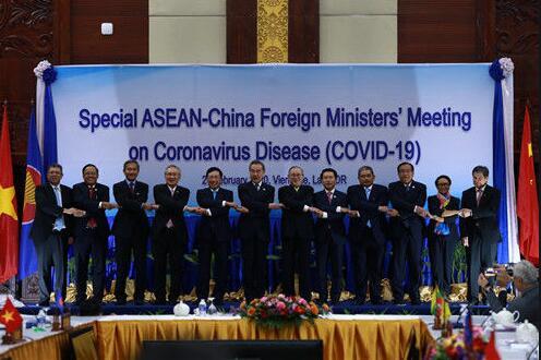 超暖心!中国-东盟外长手拉手为中国加油