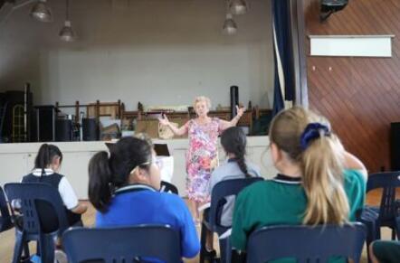 新西兰89岁老奶奶为武汉谱曲:我们与你们同在