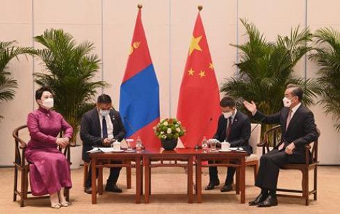 王毅同蒙古国外长巴特策策格举行会谈
